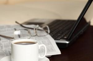 tecnologia-oficina-cafe-ordenadores-portatiles_3342201